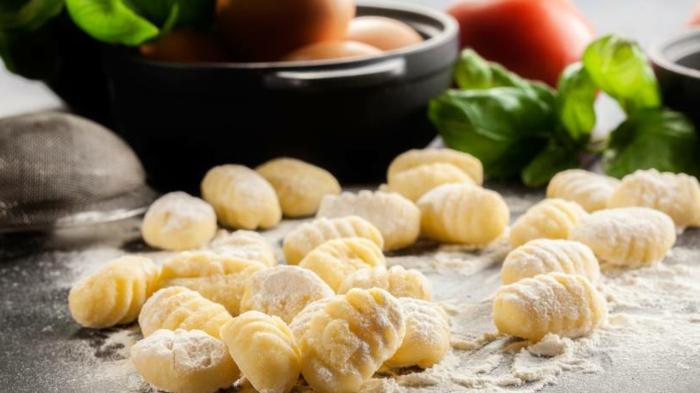 gnocchi teig gnocchi kochen originel italienisches rezept kartoffel gnocchi schneiden und rollen kleine stücke