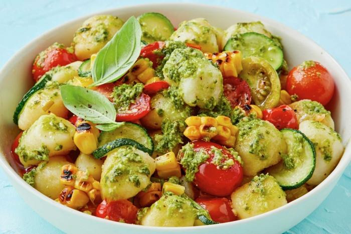 gnocchi zutaten rezepte mit gnocchi zucchini mais tomaten frische pestoßsoße vegan gnocchi selbstmachen