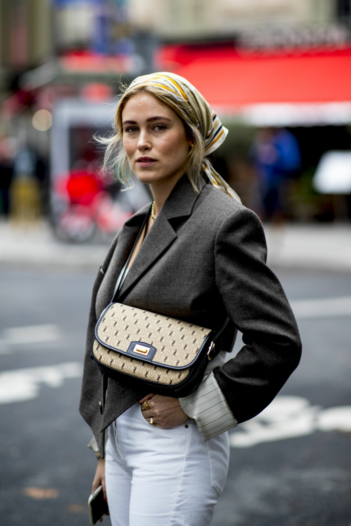 haaraccessoires bunter kopftuch street style inspiration weiße jeans graue jacke chicke mini handtasche frisuren 2020 damen