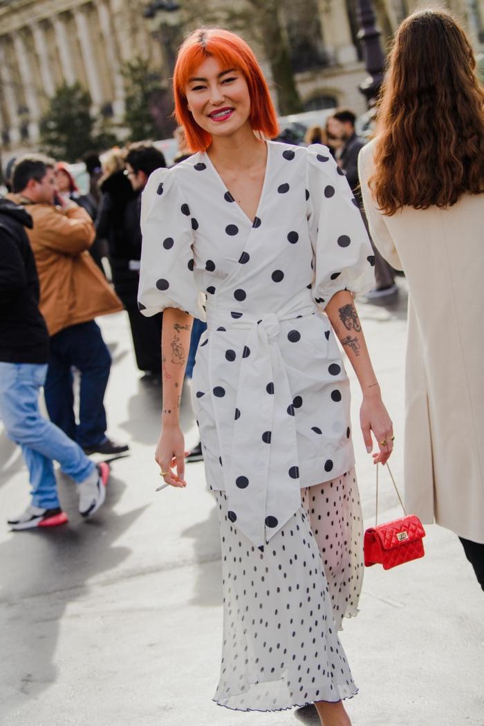 haarfarbe rot langes weißes kleid mit schwarzen punkten ausgefallene frisuren street style long bob frisuren mit pony