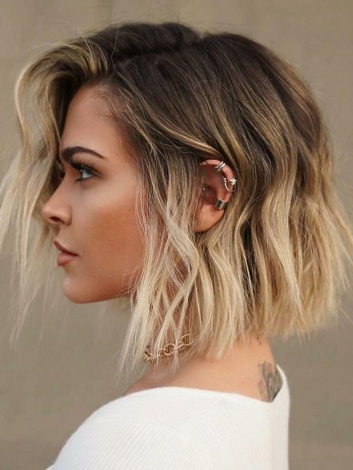 haarfarbe trends ombre look kurzhaarfrisuren frauen frech 2020 blonde haare inspiration lässiger style verschiedene ohrringe