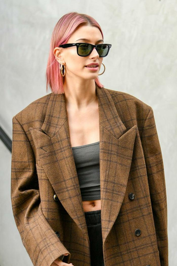 hailey bieber kurzhaarfrisuren inspiration pinke haare gestuft long bob frisuren 2020 ideen fashion week streets style oversized jacke