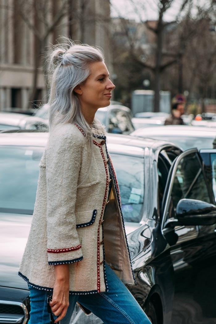 halb hoch unten frisur graue haare casual outfit street style jeans und jacke haarschnitt mittellang