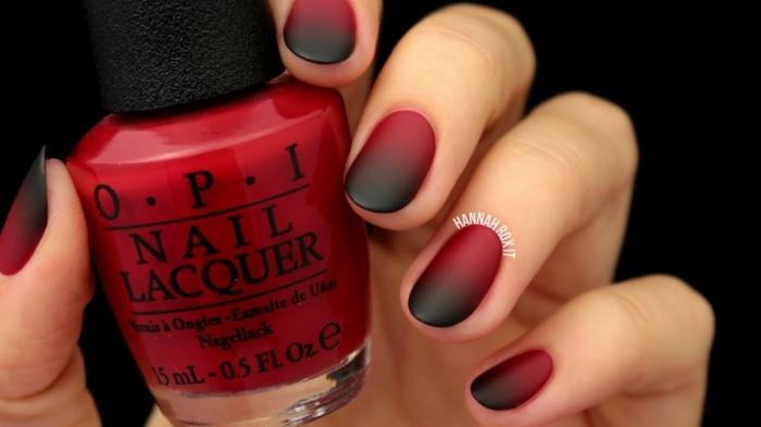 hand hält roten nagellack schöne gelnägel ombre nägel schwarz rot verlaufend squoval nagelform kürzere nägel maniküre