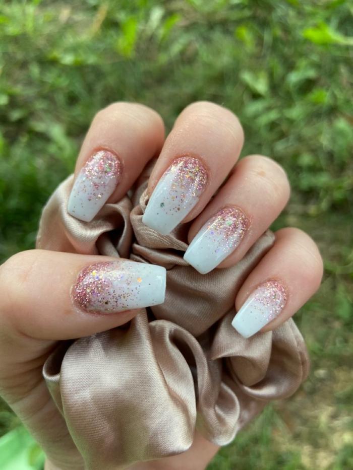 hand hält seidenes tuch nägel weiß verlaufend mit glitzer kreative ideen für maniküre inspor