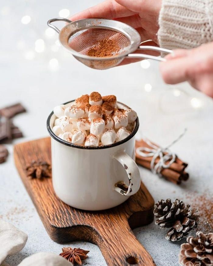 heiße schokolade mit marshmallows und zimt festliche dekoration tannenzapfen zimptstangen weihnachtsbilder kostenlos als hintergrund handy