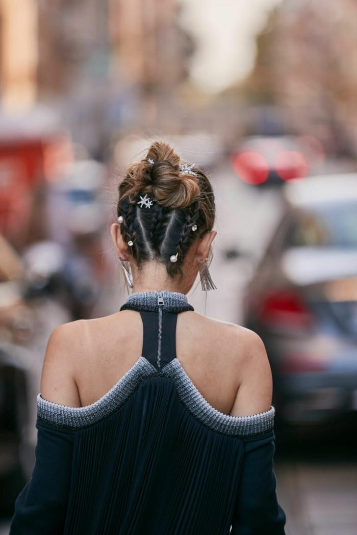 hochsteckfrisuren ideen mit zöpfen street style inspiration frisuren 2020 damen schwarze schulterlose bluse langhaar frisur hochgesteckt