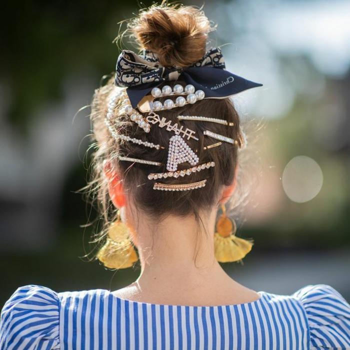 hochsteclfrisur mit vielen accessoires haarschnitt 2020 frauen lang blaue bluse weiße streifen gelbe ohrringe haarfrisuren trends