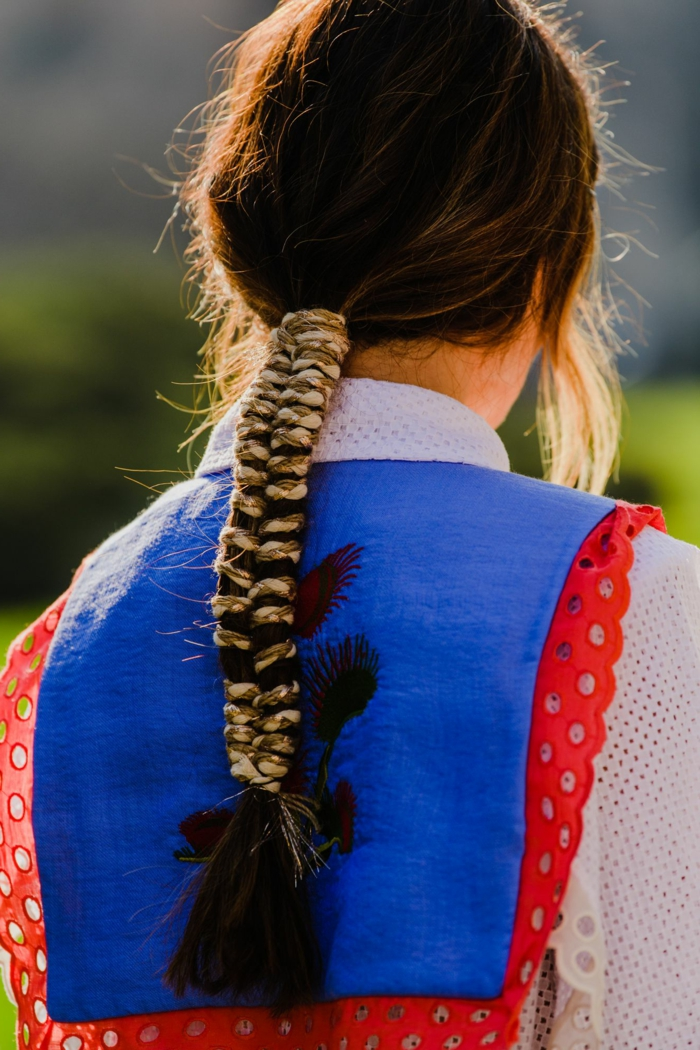 ideen und inspiration haarfrisuren braune haare langer pferdeschwanz mit accessoires street style inspo frisuren für damen 2020
