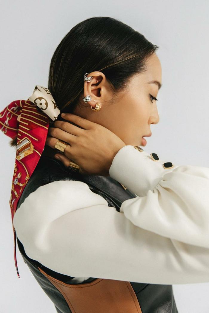 inspiration accessoires haare louis vuitton kollektion eleganter schal im haar schwarte haare damen frisuren halblang weißes hemd