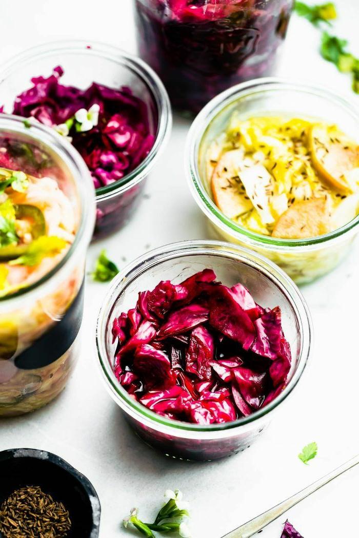 köstliche gerichte zubereiten leckeres abendessen rotes sauerkraut rezept traditionell gedeckter tisch