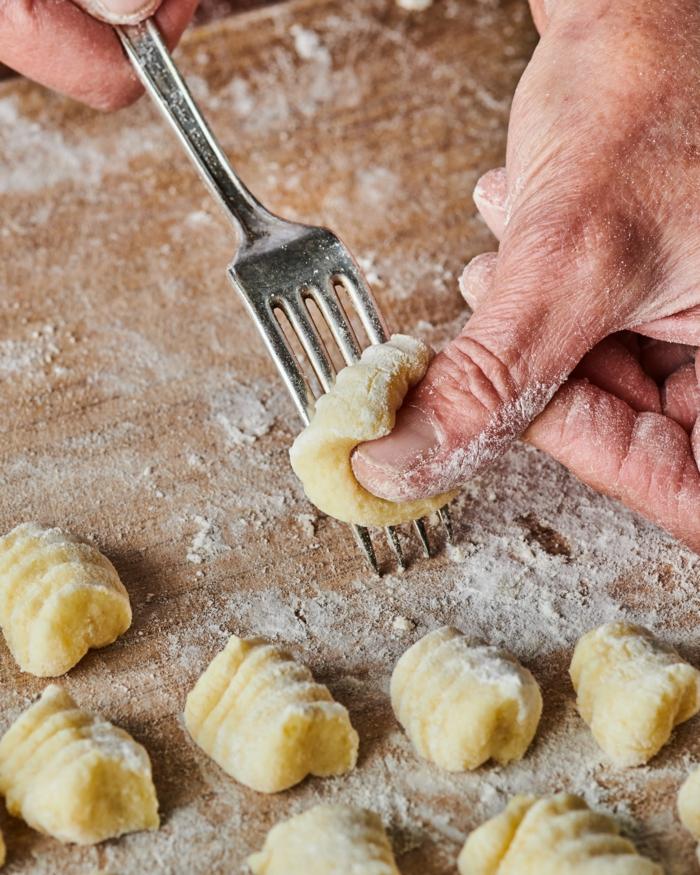kartoffel gnocchi bestes gnocchi rezept vollkorn gnocchi selber machen stückchen mit gabel formen rollen