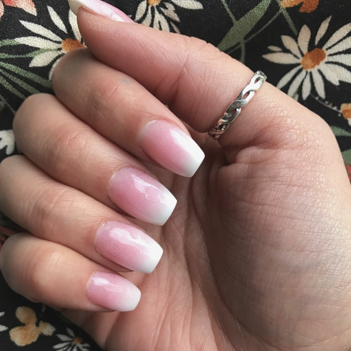klassische maniküre inspo gelnägel rosa weiß verlauf schöner ring am daumen squoval nageldorm