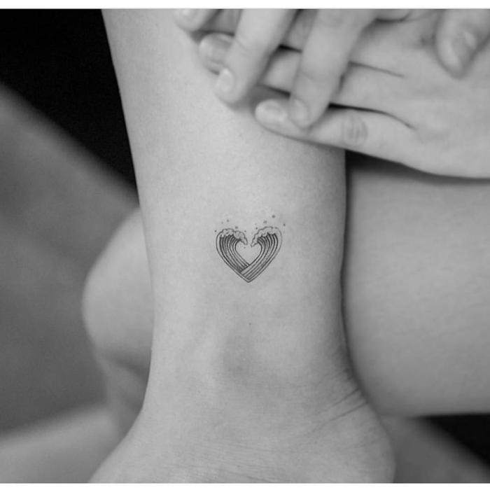 kreative tattoo ideen fußgelenk kleines herz mit wellen originelles design tätowierungen schwarz weißes foto