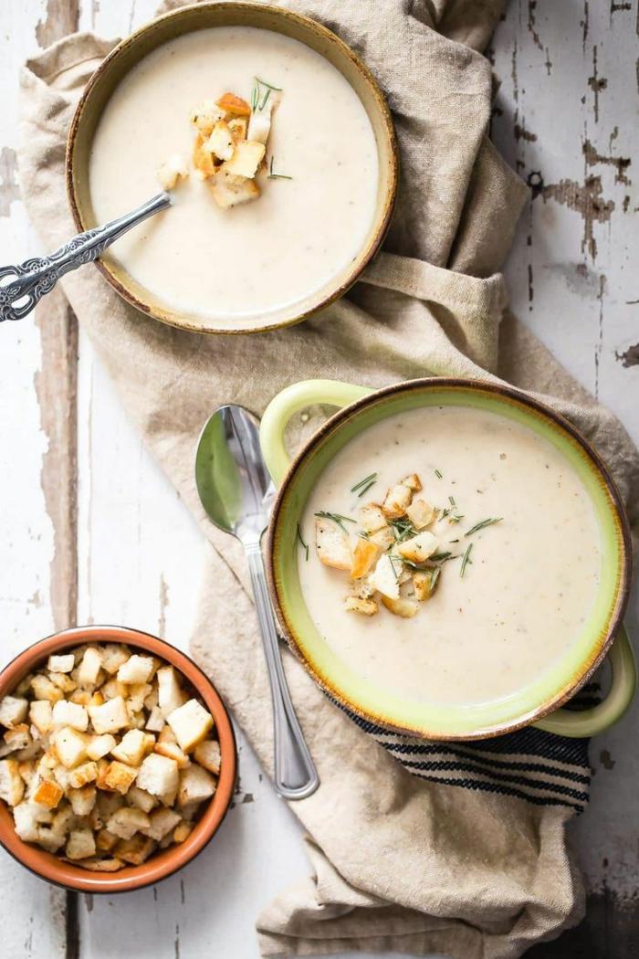 löffel und eine beige decke das immunsytsem stärken meerrettich rezept für eine meerrettich suppe mit brot speck und apfelspalten