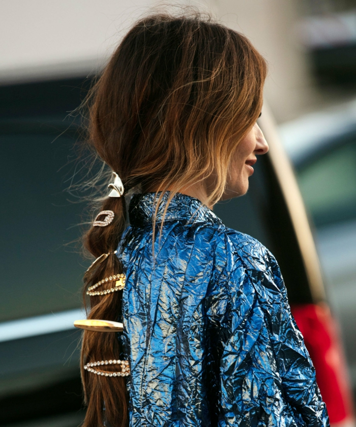 lange braune haare mit vielen haaraccessoires frisurentrend dame frisuren 2020 street style inspo frau im blauen kleid langhaar frisur