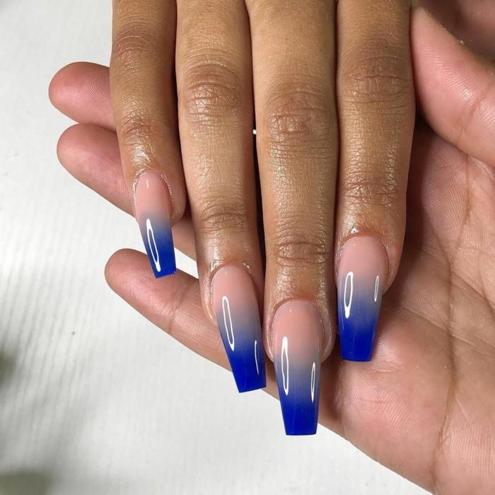 lange maniküre gelnägel ballerina ombre in blaue und beige farben hand hält andere hand