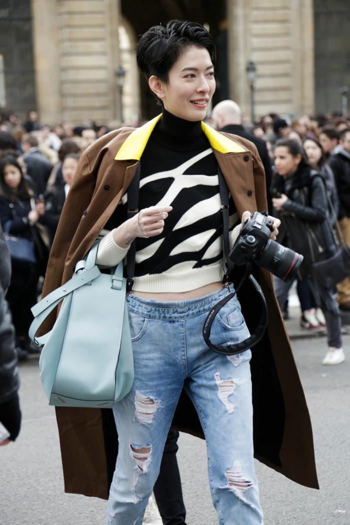 langer brauner mantel zerrissene jeans schwarz weiße bluse pfiffige kurzhaarfrisuren fraune frech schwarze kurze haare hellblaue handtasche