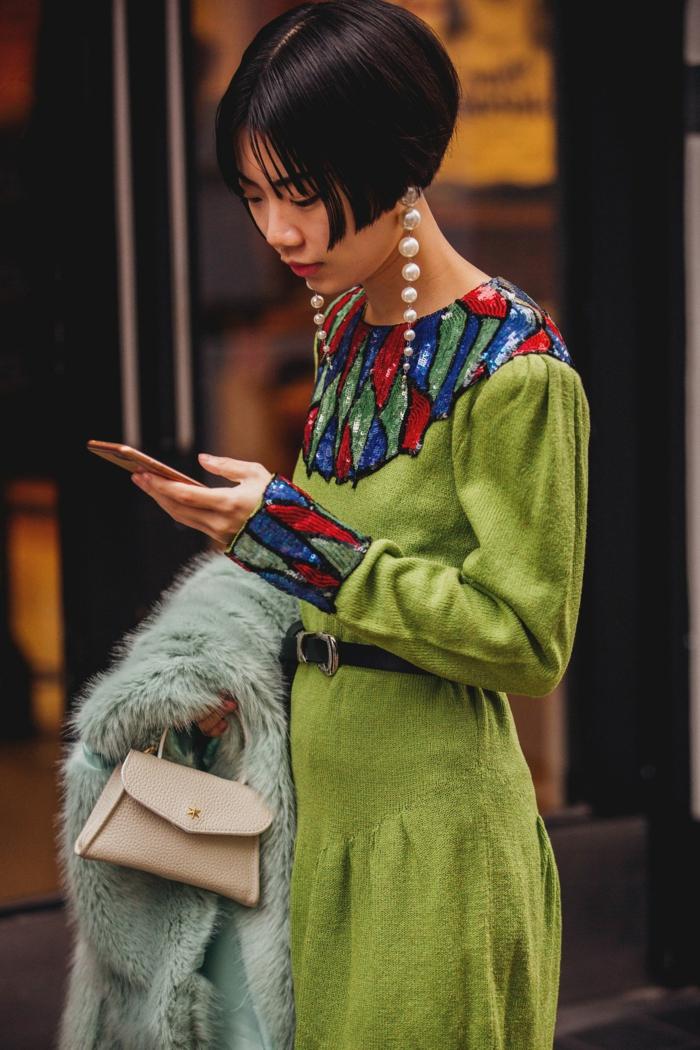 langes elegantes grünes kleid mit bunter verzierung kurze schwarze bob frisu inspiration trendfrisuren 2020 inspo