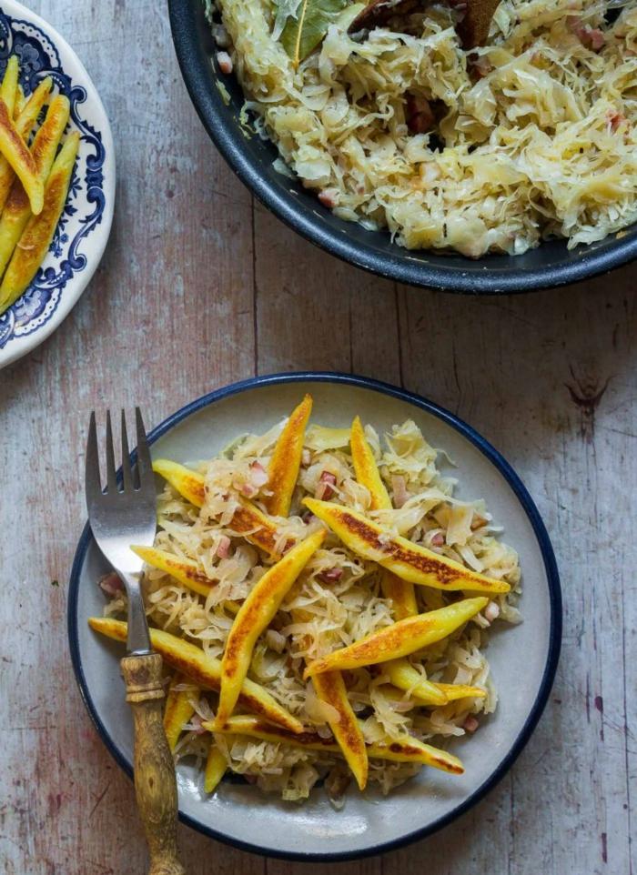 leckere gerichte mit sauerkraut schupfnudeln große schale mit salat köstlices abendessen ideen