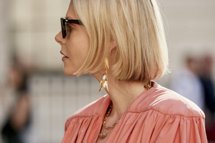 london fashion week street style frisuren bob kurz blonde kurzhaarfrisuren pinkes kleid frau trängt schwarze sonnenbrillen goldener schmuck