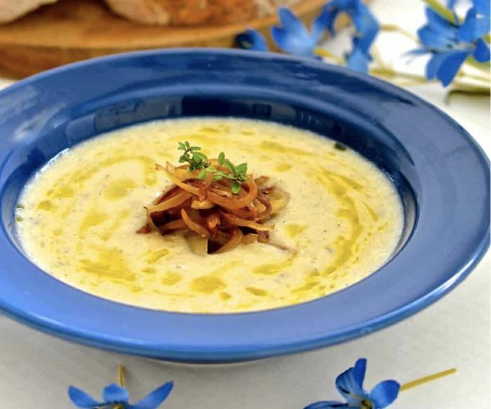 meerrettich rezept für eine meerrettich suppe blauer teller mit suppe mit petersilie das immunsytsem stärken