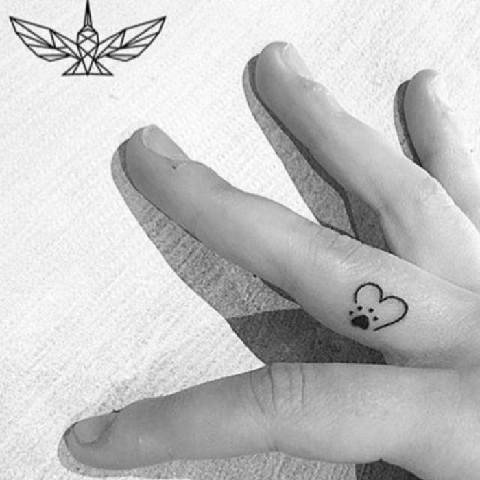 mittelfinger tätowierung finger tattoo frauen vorlagen kleines herz mit pfote design minimalistisch