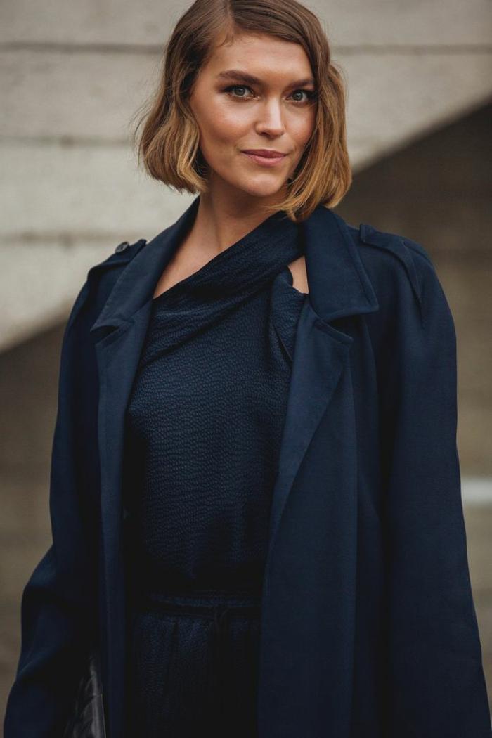 monochromes dunkelblaues outfit kurzhaarfrisuren frauen frech blonde haare kurz stylische outfits inspiration