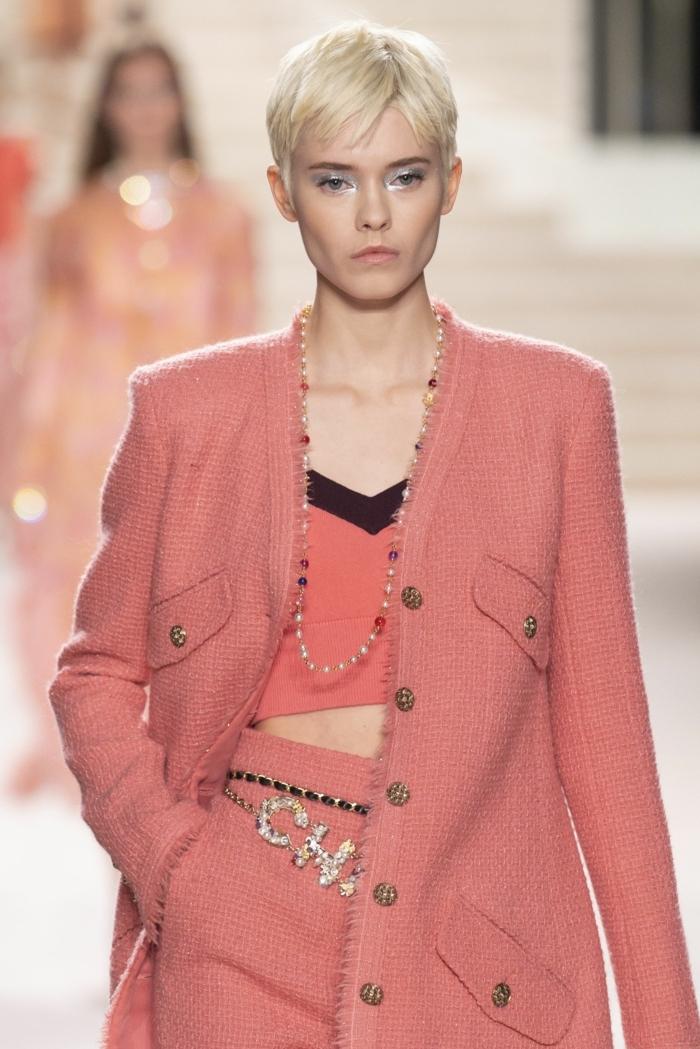 monochromes pinkes outfit model auf dem laufsteg pfiffige kurzhaarfrisuren frauen frech kurze blonde haare chanel fashion week