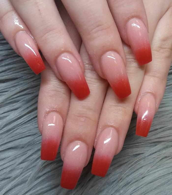 nageldesign ombre rosa und rote verlaufende farben lange maniküre squovale nagelform ideen