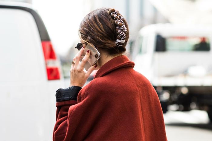 new york fashion week street style dame im dunkelroten mantel hochgesteckte frisur mit haaraccessoires frisuren mittellanges haar inspo