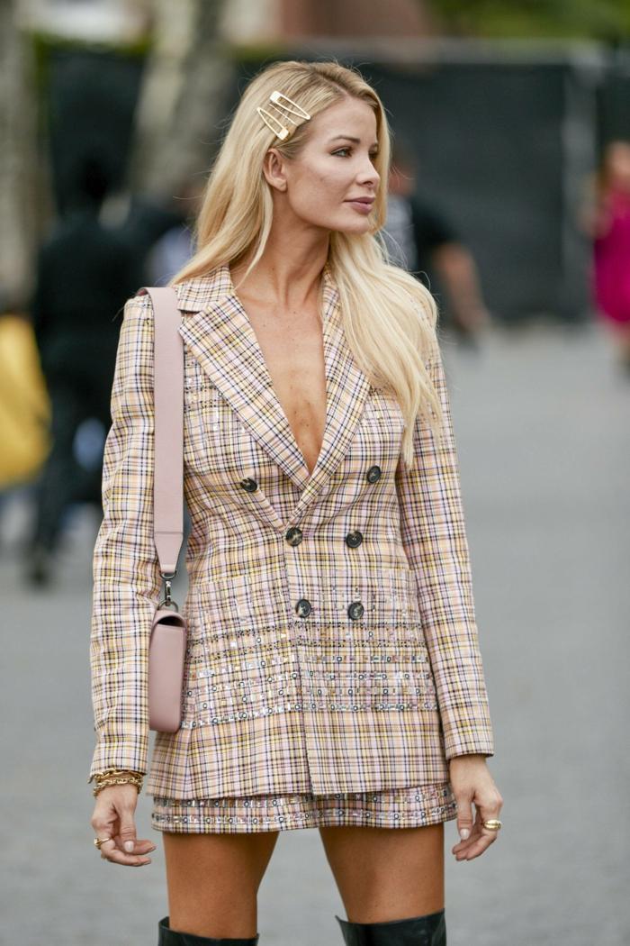 new york fashion week street style inspiration kurzes kleid lange blonde haare frisuren für damen 2020 elegante haaraccessoires haarschnitt 2020 frauen lang