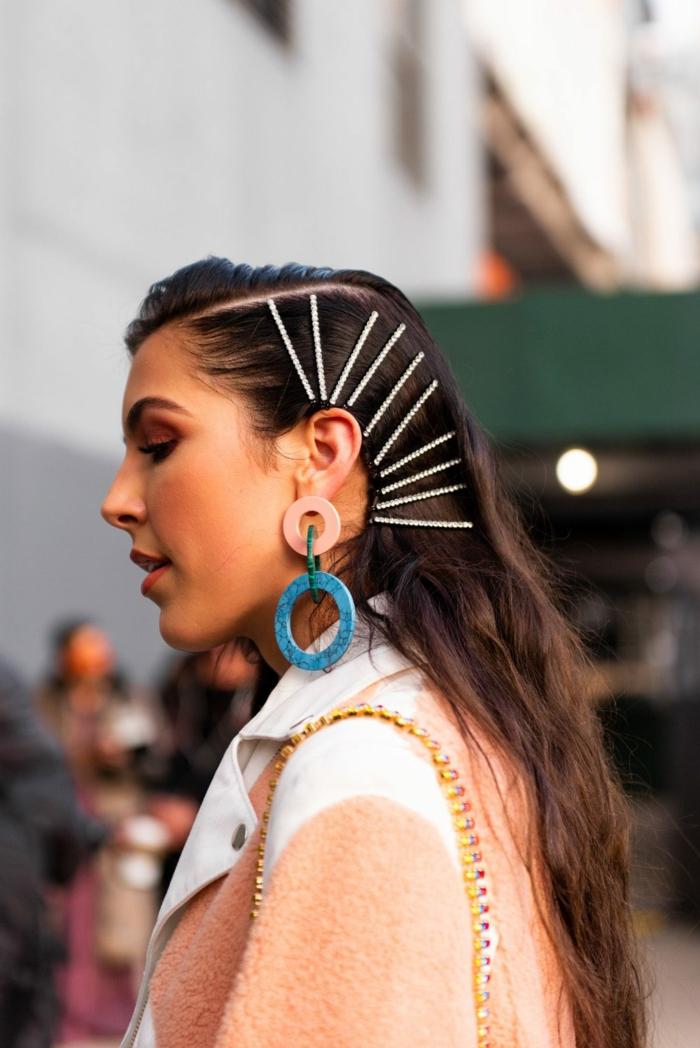 originelle accessoires bunte ohrringe haarschnitt 2020 frauen lang braune haare langhaarfrisuren street style inspo