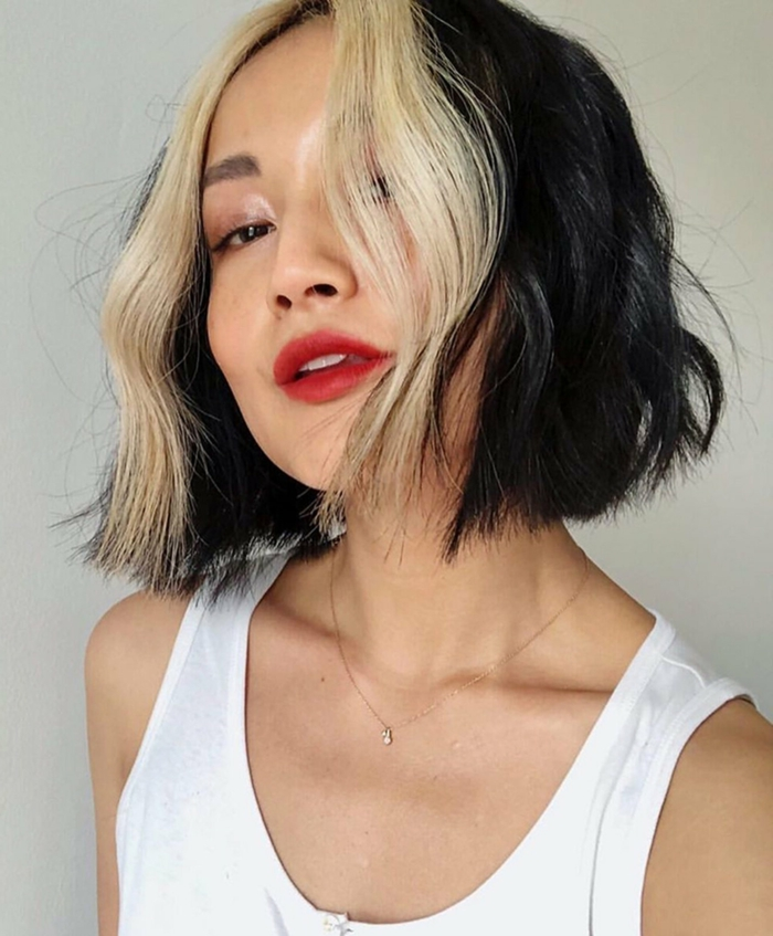 originelle frisuren zwei farben schwarz blonde haare frisuren kurz inspiration weißes top dame mit rotem lippenstift