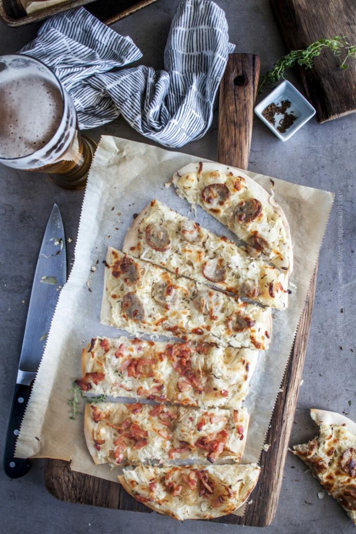 originelle rezepte pizza mit sauerkraut gerichte lecker schneidebrett aus holz glas mit bier