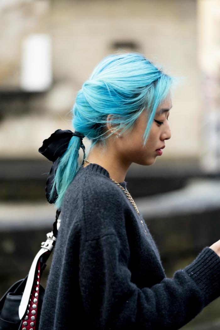 paris fashion week style inspiration frau blaue haare pferdeschwanz frisuren 2020 für damen haatschnitt mittellang schwarzer pullover