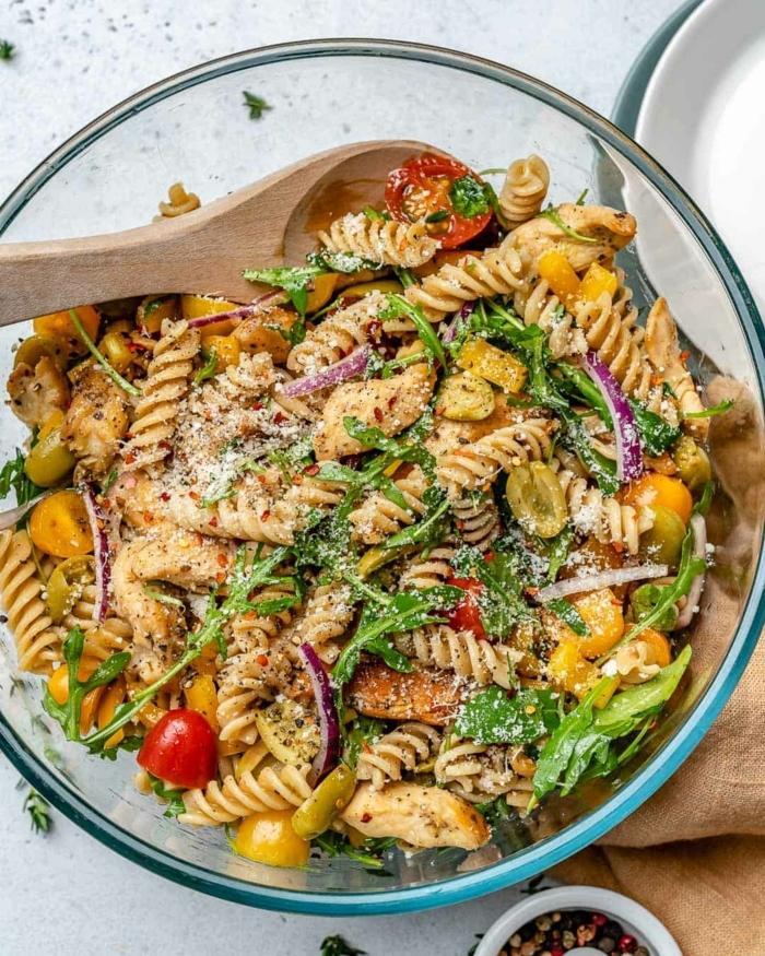 pasta rezepte schnell gemacht gesunder salat mit kräutern cherry tomaten und parmesan käse