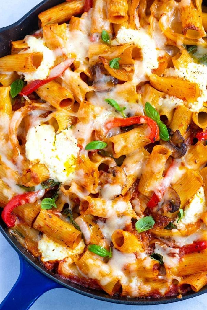 pasta rezepte schnell gemacht mittagessen beispiele gericht mit mozzarella paprka tomaten und hackfleisch