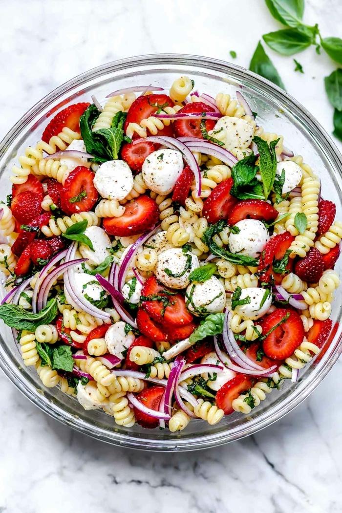 pasta rezepte schnell gemacht salat mit erdbeeren mini mozzarella zweibel basilikum gesund