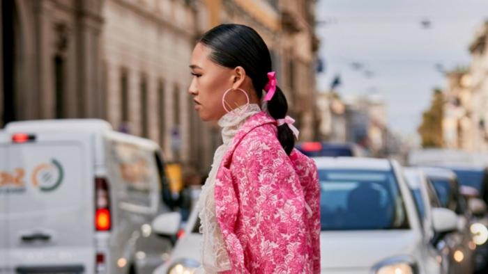 pinke schleifen haaraccessoires inspirarion street style rosa outfit schwarze haare haarschnitt mittellang
