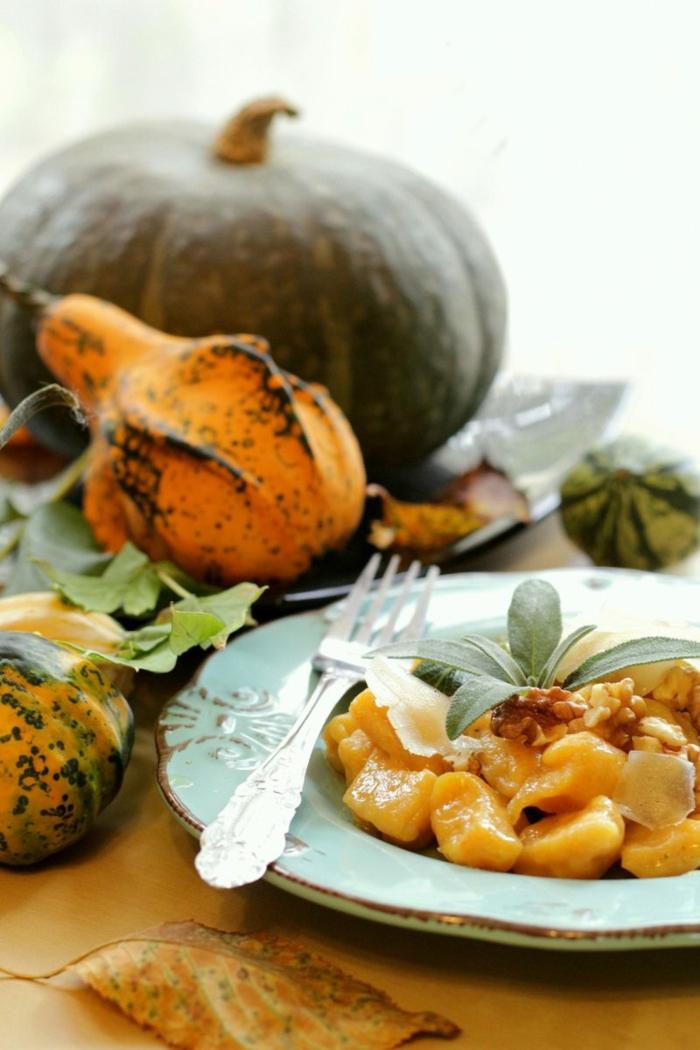 rezept gnocchi kartoffel knocchi selber machen gnocchi italienisch kürbis käse frische gewürze blaue teller