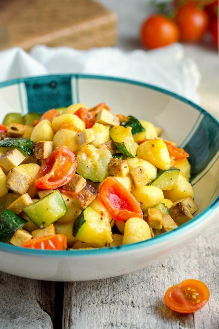 rezept gnocchi selbstgemacht vegan gnocchi kochen kirschtomaten zucchini in beutel weiß blau