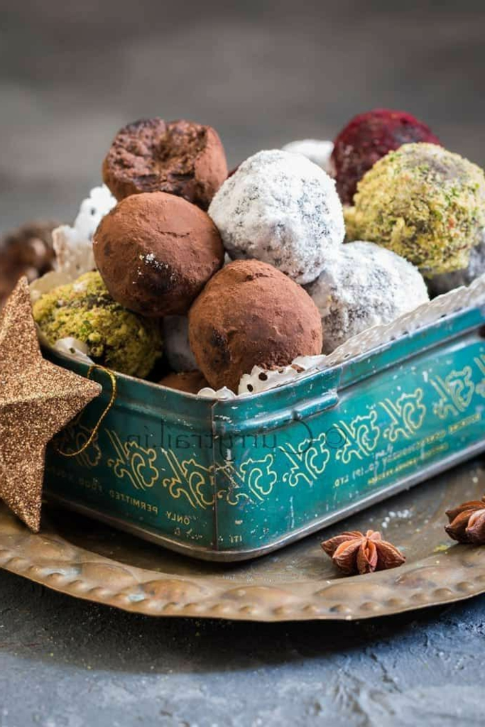 rezept rumkugeln konfiserie rezepte rumkugeln selber machen zutaten kakao kokos in blauem metalbox