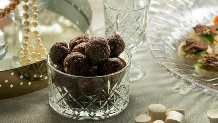 rezept rumkugeln saftige rumkugeln schokolade butter und nüsse im glas tisch mit tellern