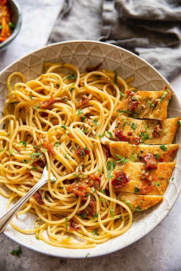 rezepte mit nudeln mittagessen ideen pasta mit gegrilltem hähnchenfelisch einfache gerichte