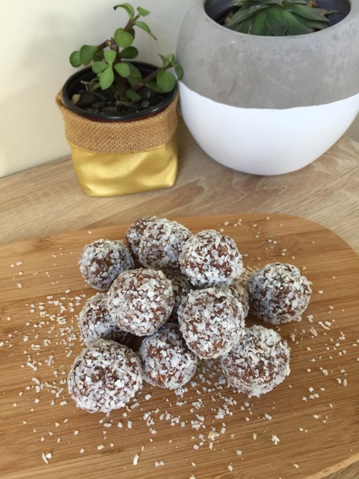 rumkugeln aus kuchenresten rezept rumkigeln konfiserie rezepte mit kokosflecken und butter holzbrett blumentöpfe
