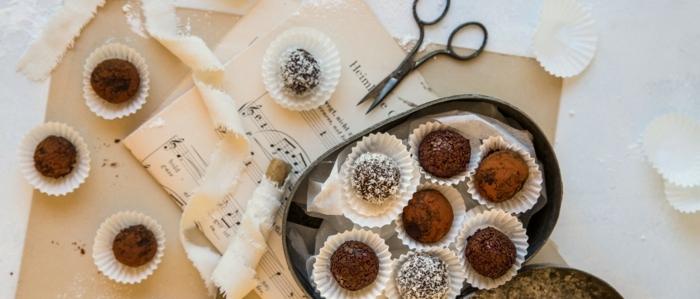 rumkugeln aus kuchenteig rumkugeln chefkoch aus schokolade kakaopulver in box partitur schere