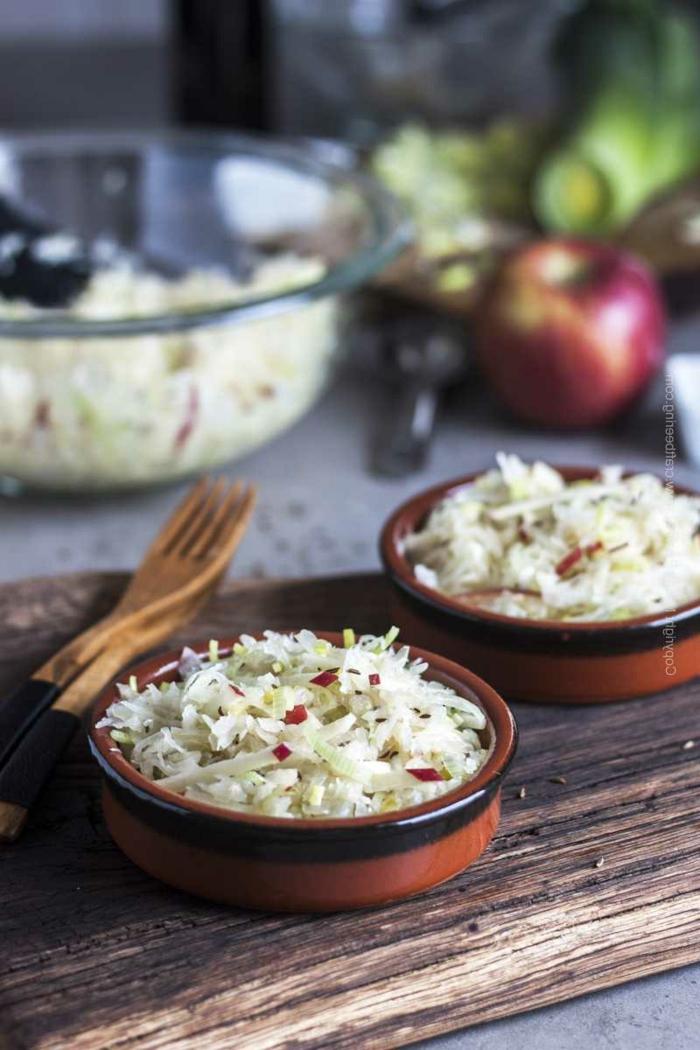 salat mit apfel lauch sauerkraut gerichte gesunde rezepte gute ernährung besteck aus holz