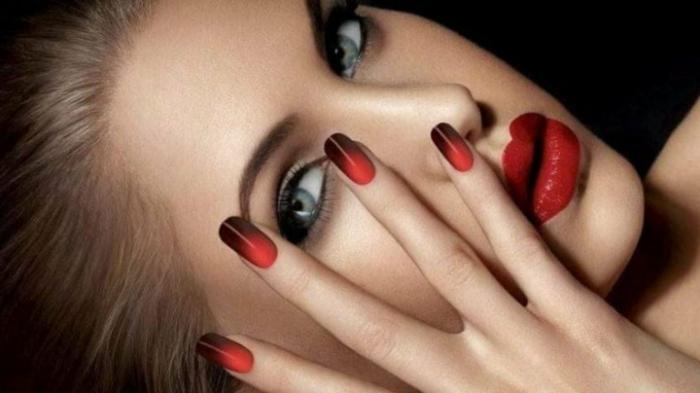 schön geschminckte frau mit blauen augen roter lippenstifft ombre nails schwarz rot schöne maniküre
