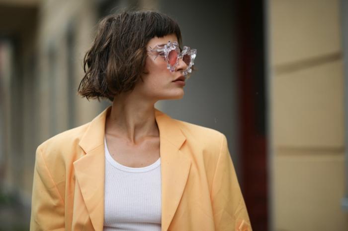 schicker stil street style inspo kurzhaarfrisuren frauen frech 2020 braune kurze haare mit pony gelbe jacke weißes t shirt